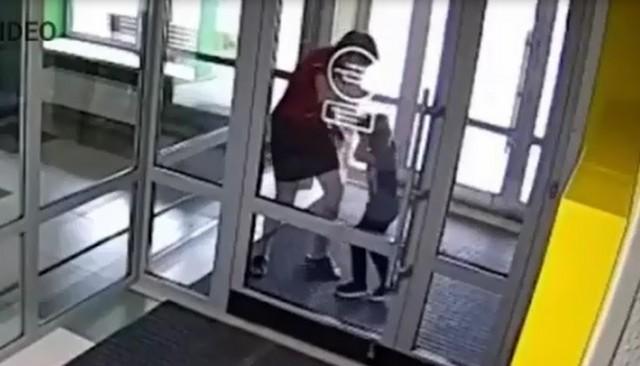 Мать из Казани избивает ребенка из-за планшета