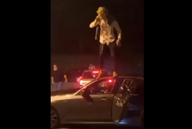 Парень стоит на машине