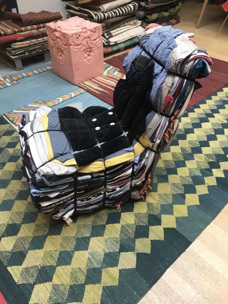 Кресло из одежды