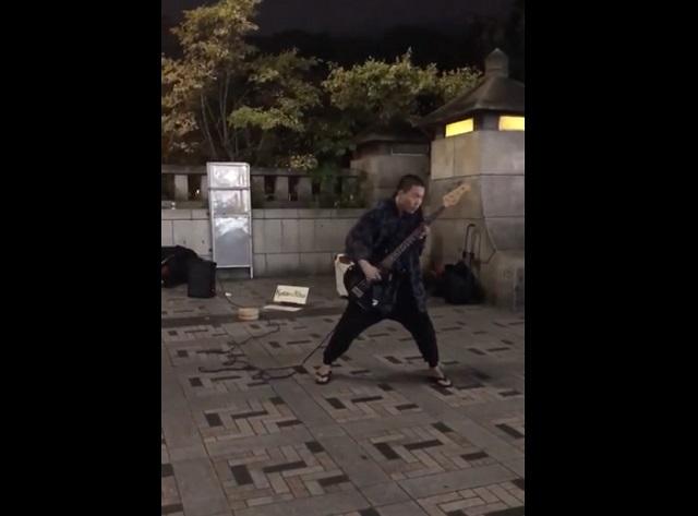 Басист играет на улице