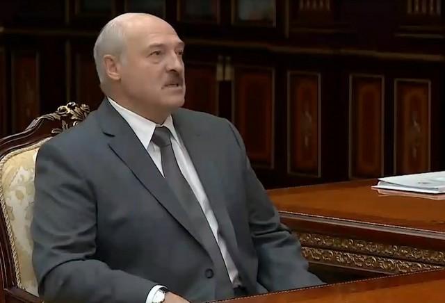 Александр Лукашенко в сером костюме рассуждает о суде