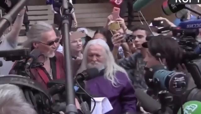 Никита Джигурда в костюме вокруг журналистов рассказывает о Михаиле Ефремове