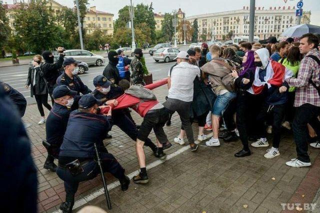 Силовики и студенты в Беларуси