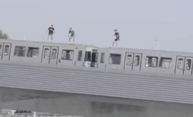 Подростки на крыше поезда