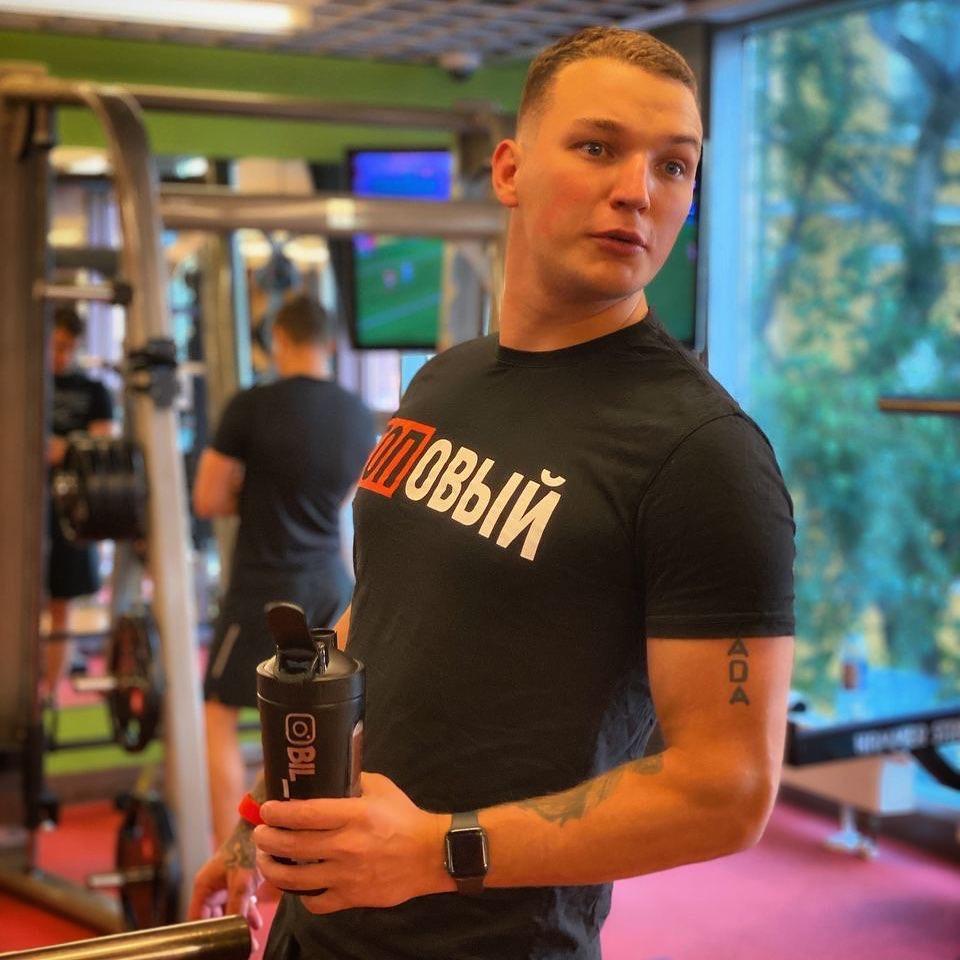 Эдвард Бил в черной футболке в спортзале