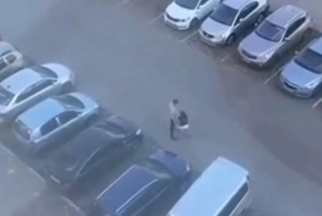 Мужчина и девушка спорят на праковке - а после он выбрасывает ее в мусорный бак