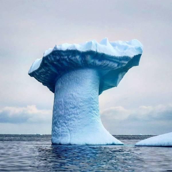 Айсберг необычной формы