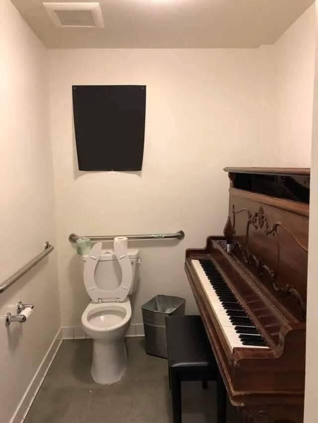 Пианино в туалете