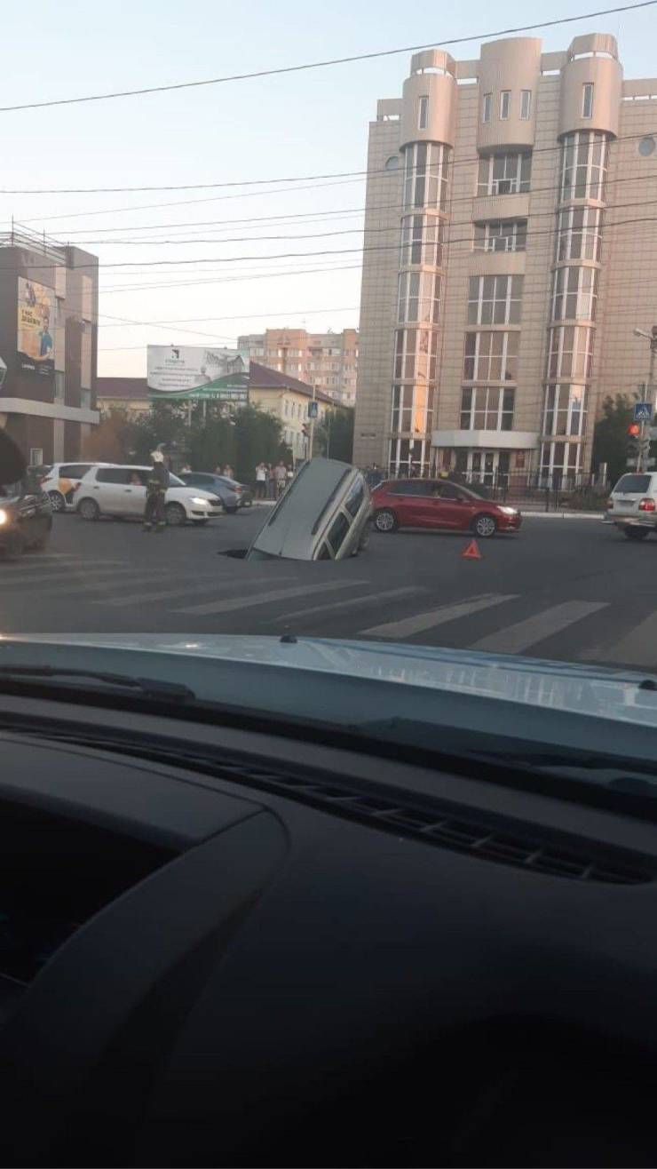 Авто провалилось под асфальт