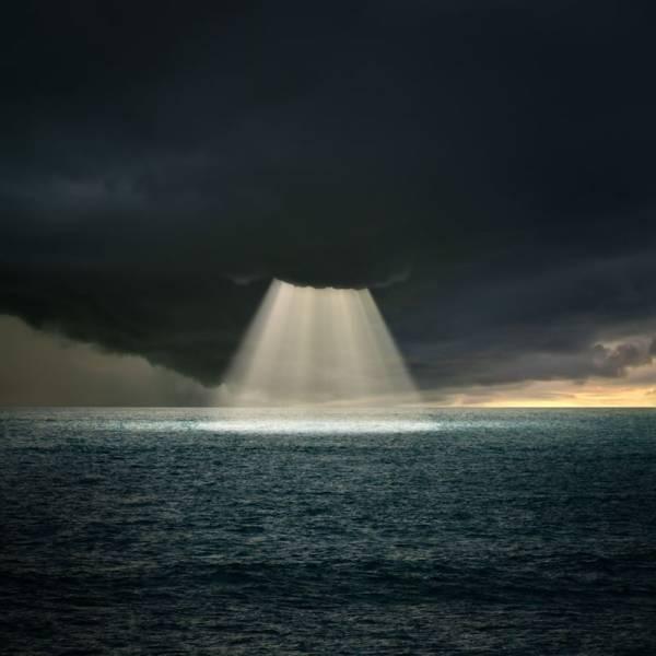 Луч света сквозь облака