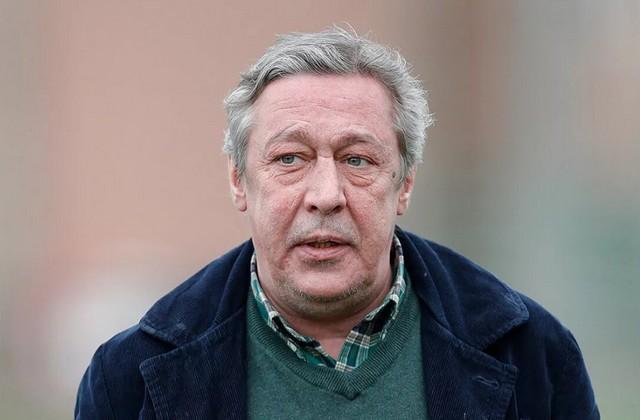 Михаил ефремов в зеленом свитере и черной куртке