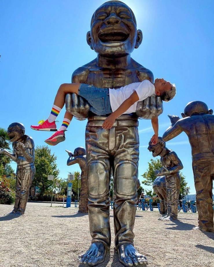 Фото на руках у статуи