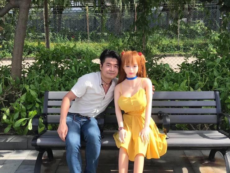 Мужчина с девушкой-куклой