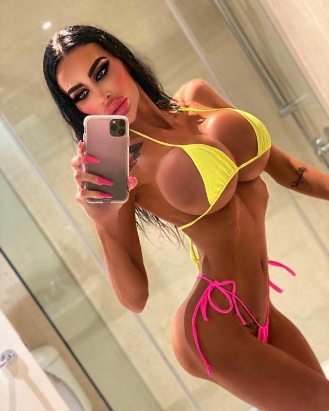 Тара Джейн Макконачи в желтом купальнике