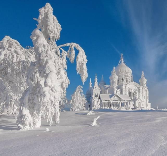 Заснеженная церковь на фоне природы