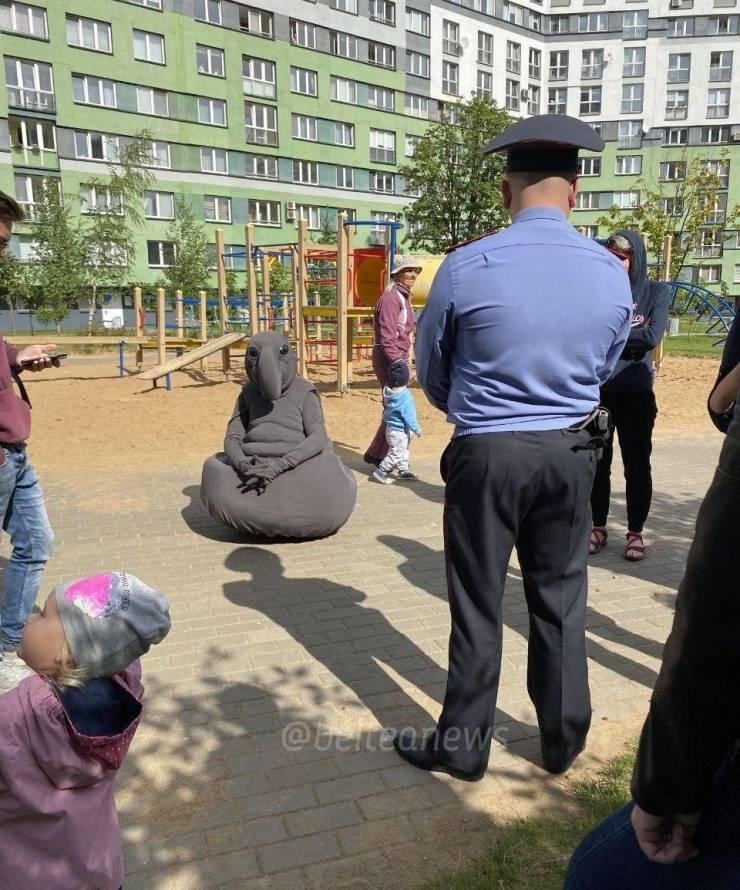 Ждун на детской площадке