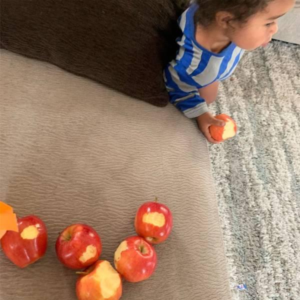 Ребенок и надкусанные яблоки