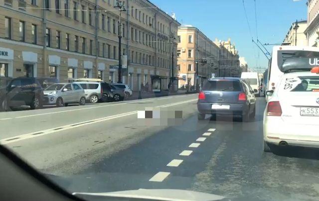 Мужчина лежит на дороге в Санкт-Петербурге