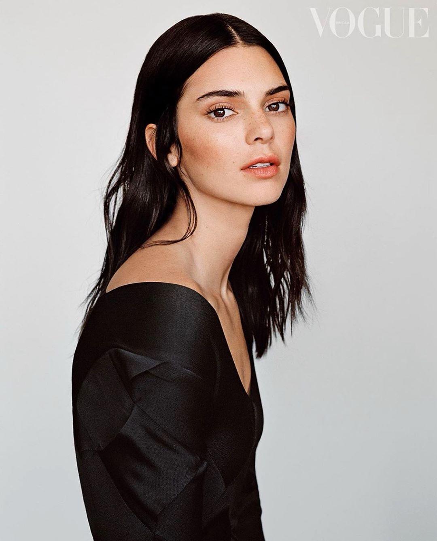 Кендалл Дженнер в черном платье