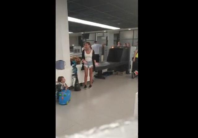 Девушка с ребенком в аэропорту