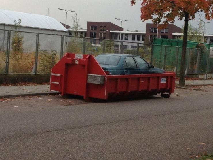 Авто в мусорном баке