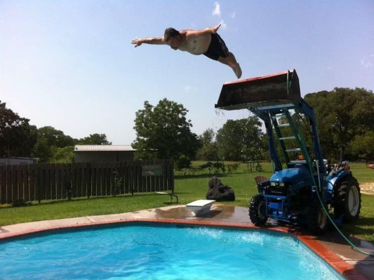 В бассейн с ковша экскаватора