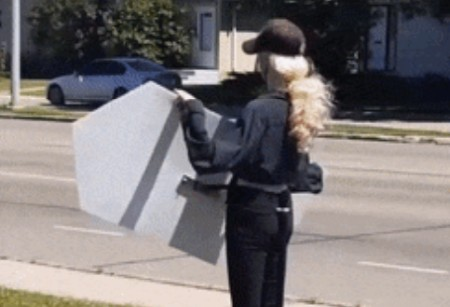 Манекен с плакатом