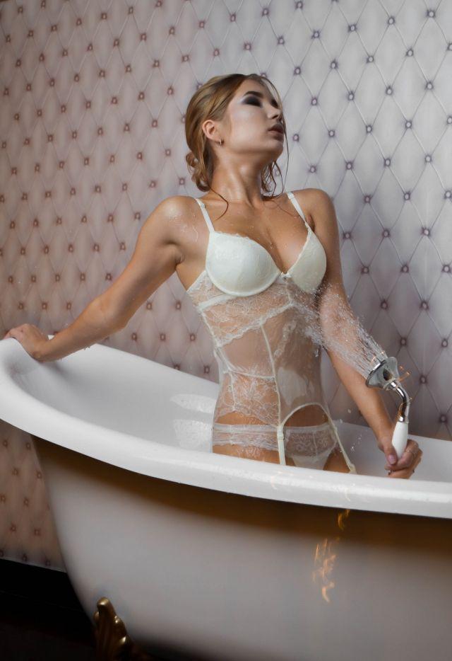 Рада Романова в ванной