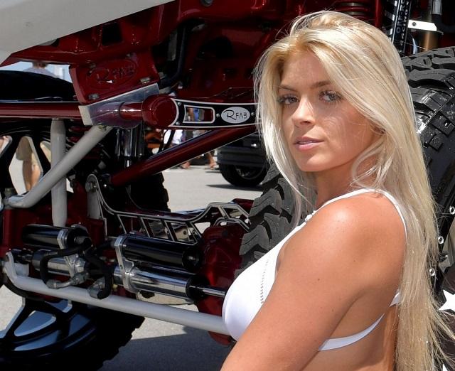 Девушка у машины