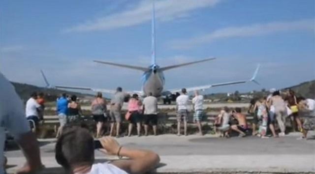 Люди смотрят на самолет