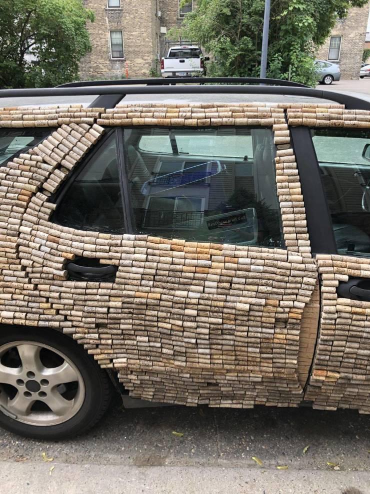 Авто, украшенное пробками от вина