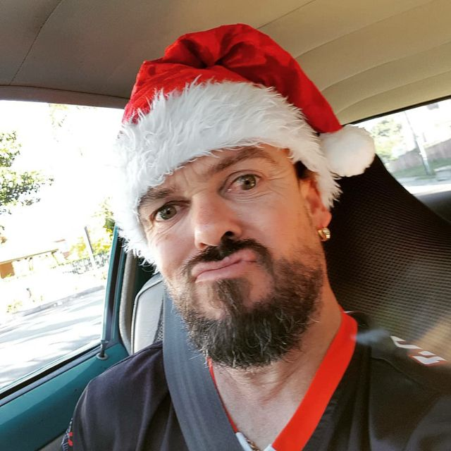 Шейн Белгр в шапке Санта Клауса