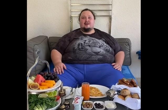 Лука Затравкин на отдыхе в черной футболке и синих штанах завтракает