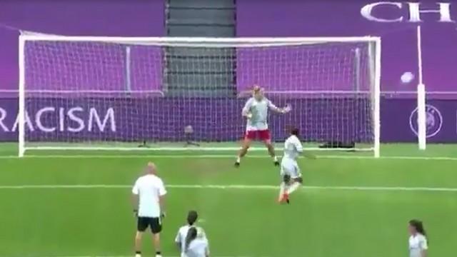 Женщины играют в футбол на поле