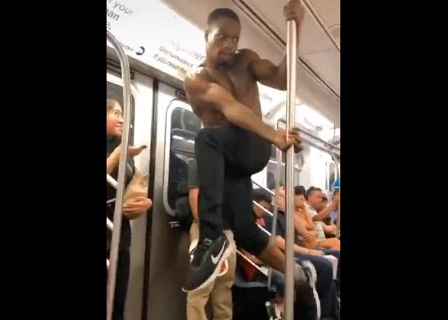 Мужчина танцует в метро