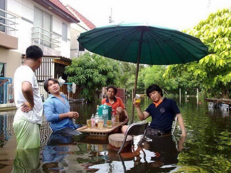 Посиделки с друзьями во время наводнения
