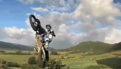Эффектный прыжок на мотоцикле
