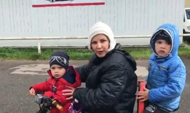Женщина на квадроцикле с детьми