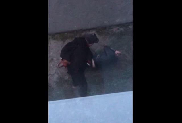 Парень избил девушку