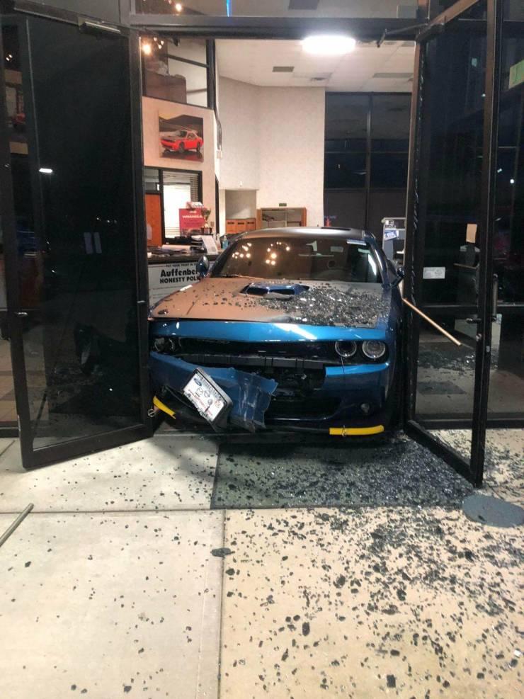 Авария в автосалоне