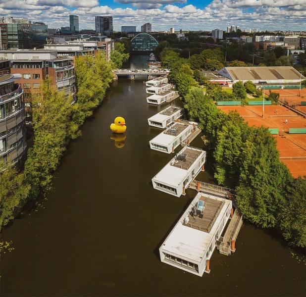 Желтая надувная уточка на реке