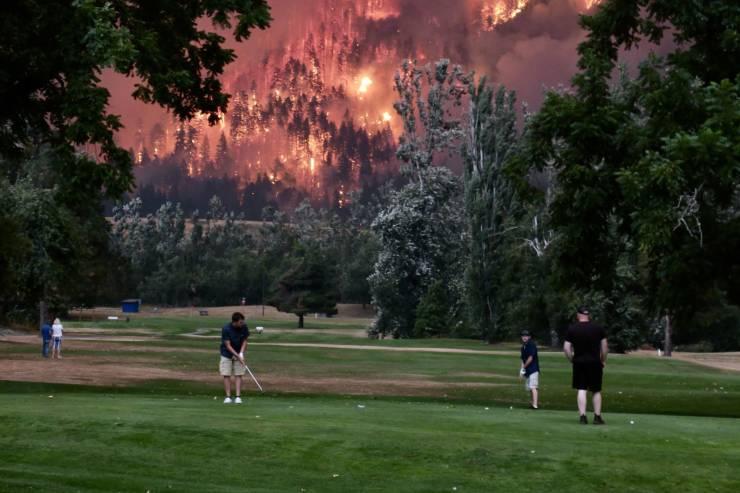 Гольф на фоне пожара