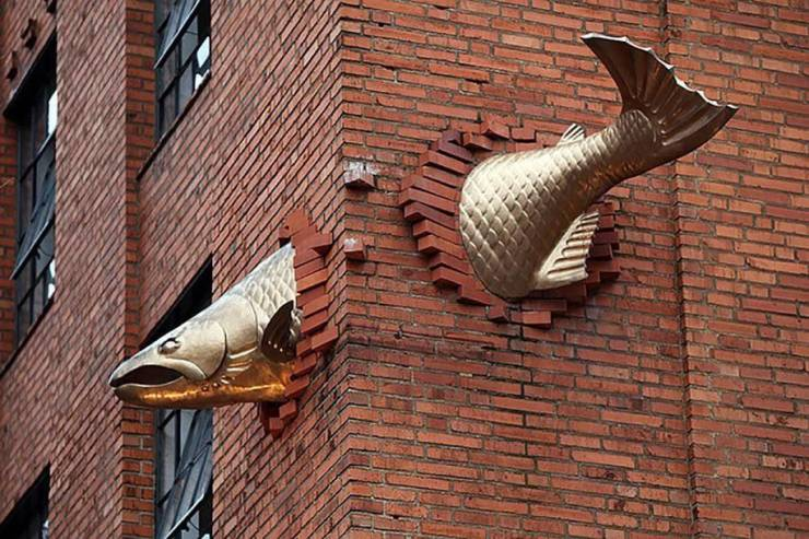Скульптура рыба на здании