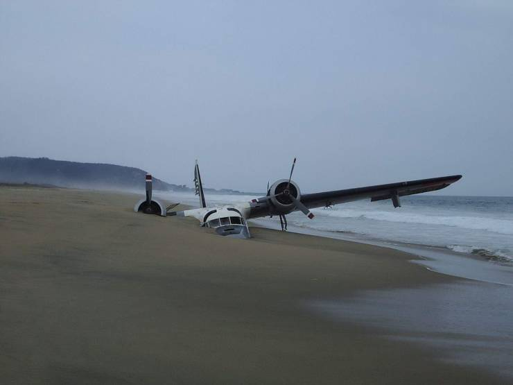 Самолет на пляже
