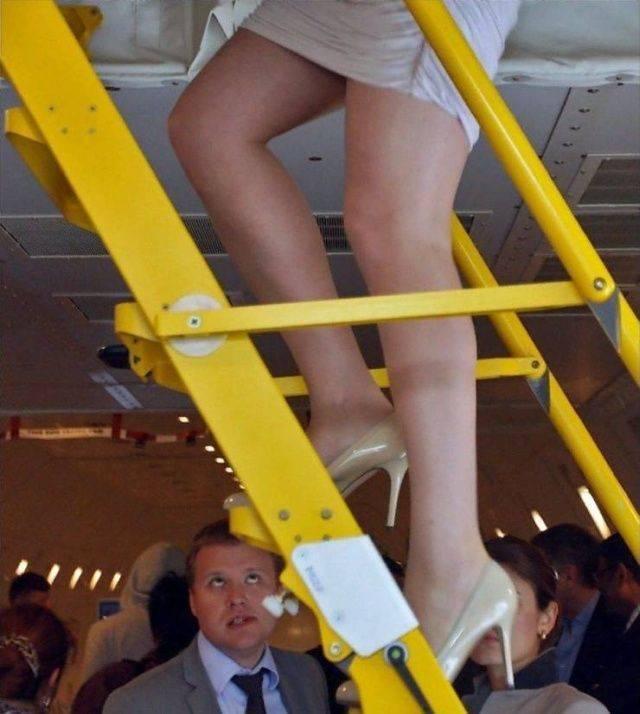 Девушка в юбке на лестнице