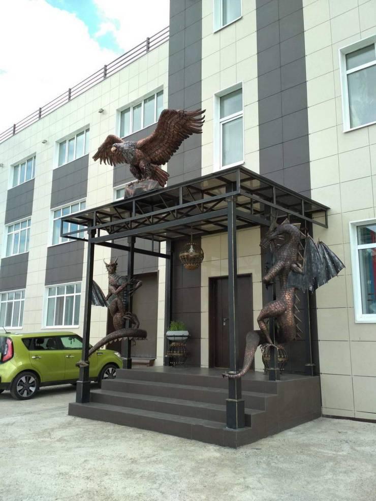Скульптуры на входе в здание