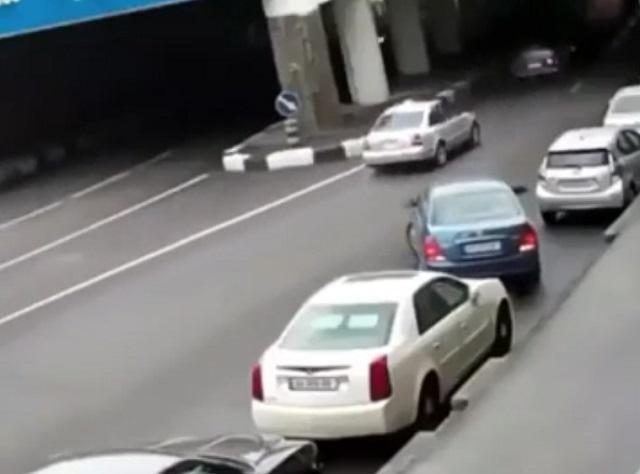 Водитель паркуется