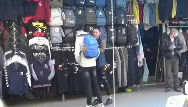 Продавец рюкзаков на рынке