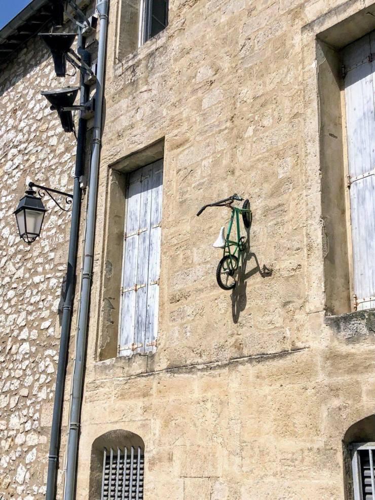 Велосипед на стене здания