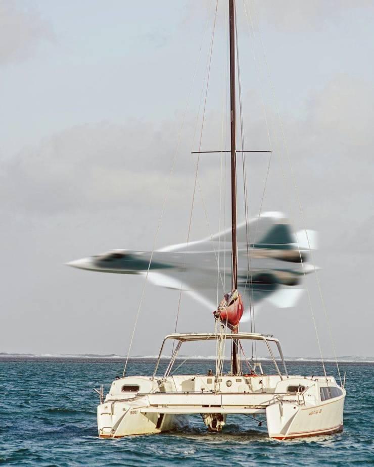 Истребитель над водой